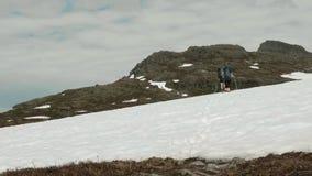 Facendo un'escursione sulla neve in Norvegia stock footage