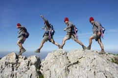 Facendo un'escursione sulla parte superiore di una montagna Fotografia Stock