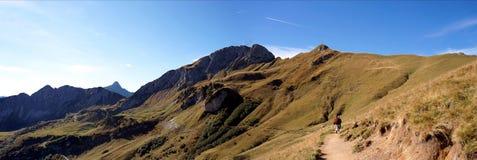 Facendo un'escursione sulla Saalfeld-Alto-Montagna-Traccia nel Tirolo Fotografia Stock Libera da Diritti