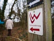 Facendo un'escursione sulla traccia di Lahnwanderweg vicino a Runkel, Assia, Germania Immagini Stock
