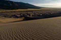 Facendo un'escursione sulle grandi dune di sabbia Fotografie Stock