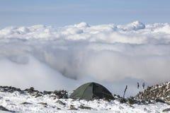 Facendo un'escursione tenda nelle alpi francesi, sopra le nuvole Fotografia Stock