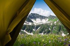 Facendo un'escursione in una montagna Fotografie Stock Libere da Diritti