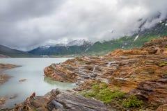Facendo un'escursione verso il ghiacciaio di Svartisen in Norvegia del Nord Immagine Stock