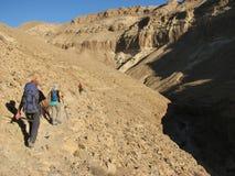 Facendo un'escursione in wadi Zeelim. Deserto di Judean Fotografia Stock