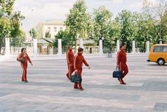 Facendo un film circa i giochi olimpici a Mosca nel 1980 - equipaggi la camminata dello sportivo Immagini Stock Libere da Diritti