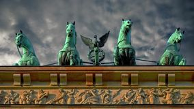 Facendo un giro turistico nella capitale della Germania Cancello di Brandeburgo a Berlino archivi video