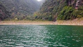 Facendo un giro turistico su un lago stock footage