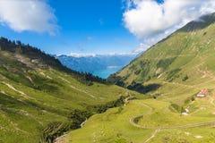 Facendo un giro turistico in treno a vapore in alpi svizzere Fotografia Stock Libera da Diritti