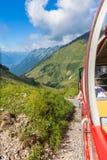 Facendo un giro turistico in treno a vapore in alpi svizzere Fotografia Stock