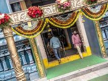 Facendo un passo fuori dal tempio in India fotografie stock