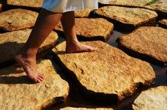 Facendo un passo sulle pietre Fotografie Stock Libere da Diritti