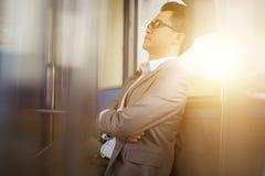 Facendo un sonnellino dentro il treno Immagini Stock