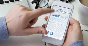 Facendo uso dei apps sullo smartphone stock footage