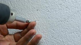 Facendo uso del cacciavite elettrico per stringere la vite nella spina di plastica archivi video