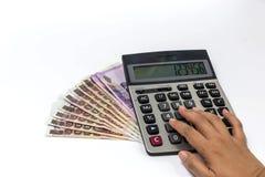 Facendo uso del calcolatore per contabilità Fotografia Stock