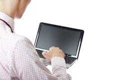 Facendo uso del computer portatile Fotografie Stock Libere da Diritti
