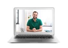 Facendo uso del computer portatile per video chiacchierata con l'uomo su bianco immagini stock libere da diritti