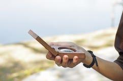 Facendo uso del densiometer nello studio scientifico fotografia stock libera da diritti