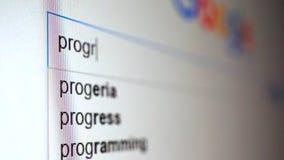 Facendo uso del motore di ricerca di Internet per trovare informazioni sul programma di parola Macro video stock footage