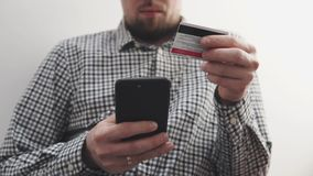 Facendo uso del pagamento online sullo smartphone stock footage