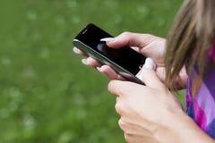 Facendo uso del telefono cellulare Fotografia Stock