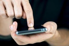 Facendo uso del telefono di tocco Immagini Stock
