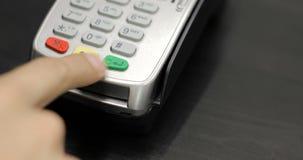 Facendo uso del terminale della carta di credito con il PIN in deposito archivi video