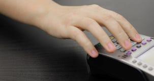 Facendo uso del terminale della carta di credito con il PIN in deposito video d archivio