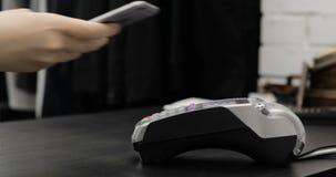 Facendo uso del terminale della carta di credito con il PIN in deposito stock footage