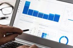 Facendo uso dell'analisi dei dati di Google nell'ufficio Fotografie Stock Libere da Diritti