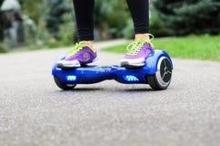 Facendo uso dell'auto astuto elettrico del motorino che equilibra Hoverboard Fotografie Stock Libere da Diritti