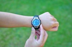 Facendo uso dell'orologio sportivo Fotografia Stock