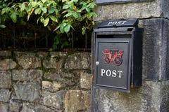 Facendo uso della posta per snail mail immagine stock