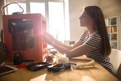 Facendo uso della stampante 3D Fotografia Stock Libera da Diritti