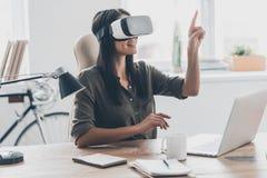 Facendo uso delle tecnologie di VR Immagini Stock Libere da Diritti