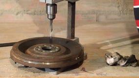Facendo uso dello strumento del trapano per l'acciaio di perforazione stock footage