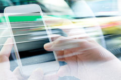 Facendo uso di doppia esposizione dello Smart Phone Immagine Stock