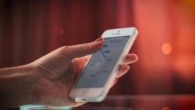 Facendo uso di navigazione di GPS sul telefono stock footage