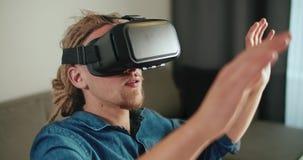 Facendo uso di realt? virtuale stock footage
