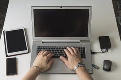 Facendo uso di tecnologia dalla prospettiva personale immagine stock libera da diritti