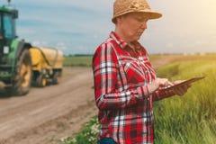 Facendo uso di tecnologia moderna nell'attività agricola Fotografia Stock
