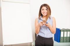 Facendo uso di tecnologia nell'aula Fotografia Stock