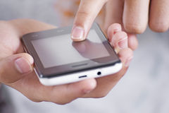 Facendo uso di un cellulare Immagine Stock