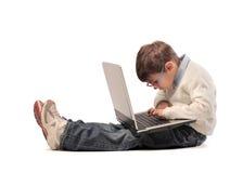 Facendo uso di un computer portatile Immagine Stock Libera da Diritti