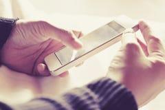 Facendo uso di un fondo dello Smart Phone Immagini Stock Libere da Diritti