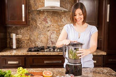 Facendo uso di un miscelatore nella cucina Fotografia Stock Libera da Diritti
