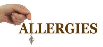 Facendo uso di un pendolo di rabdomanzia per individuare le allergie Fotografie Stock Libere da Diritti