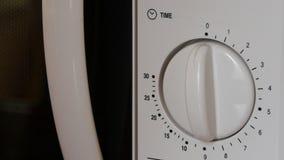 Facendo uso di una microonda per cucinare alimento stock footage