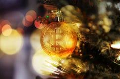 Facendo uso di valuta cripto di Bitcoin per l'acquisto durante la festa di Natale fotografie stock libere da diritti